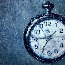 Время стоит. Время стоит и смотрит