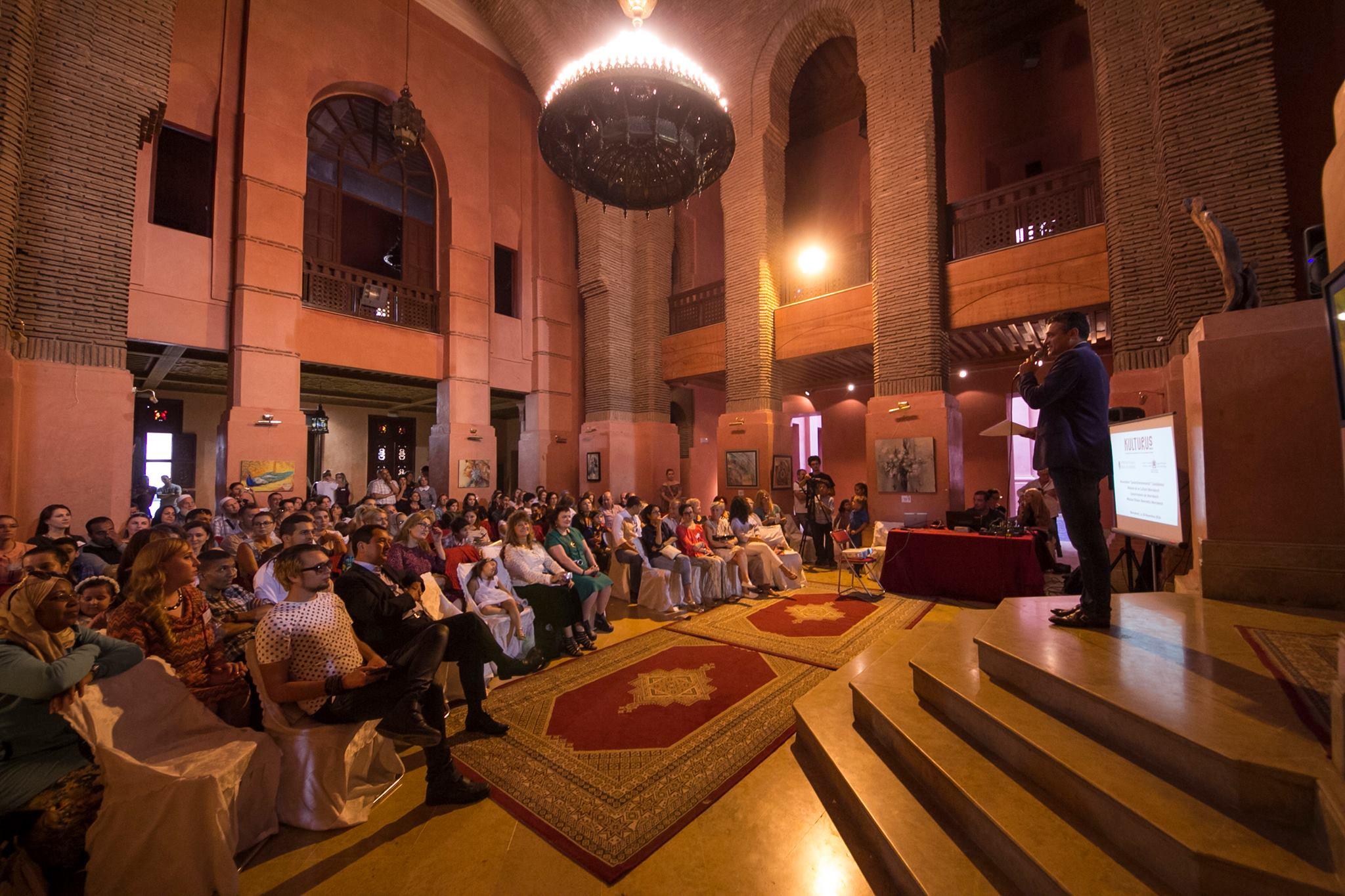 Завершился первый этап нашей литературной акции под названием Фестиваль искусств «Магреб аль-Акса», который был подготовлен и осуществлен МГП, Ассоциацией для продвижения русскоговорящей культуры в Марокко «КУЛЬТУРУС» и Ассоциацией русскоговорящих женщин Марокко «Соотечественницы». Фестиваль «Магреб аль-Акса» – уникальный проект, направленный на сохранение и приумножение культурного наследия стран, где проживают наши соотечественники. Он дал возможность познакомиться с творчеством как русскоговорящих, так и иностранных авторов. А так же преподнес нам всем шанс стать хоть чуточку, но ближе друг к другу. До начала фестиваля, на который прибыла наша делегация, организаторами фестивальной акции были проведены предварительные мероприятия. В том числе и соревнования между людьми творческих направлений по самым разным номинациям. Это были стихи и проза, живопись и музыка. Чуть раньше мы уже объявляли лонг-лист открытого многоуровневого конкурса, проводимого в преддверии Фестиваля искусств «Магреб аль-Акса», но еще раз повторимся и напомним, что авторы, попавшие в лонг-лист полуфинала, автоматически перешли в финал конкурса и в его длинный список. А вот кто попадет в короткий список и станет победителем, будет известно весной 2017 года на последних мероприятиях уже в Израиле. Заключительный этап – Фестиваль искусств «Барабан Страдивари» – состоится с 30 апреля по 7 мая на восточном побережье Средиземного моря. Заявки на участие в конкурсах и фестивале принимаются. Дополним только тем, что авторы могут по желанию принять участие и в тех номинациях, которые на данный момент ими остались еще пока без внимания, а также поучаствовать в новых. Будем рады видеть новые лица и новых творцов. Следите за нашей информацией. Итак, фестиваль искусств «Магреб аль-Акса» стартовал в Марракеше и продолжился в Касабланке. Открытие состоялось 30 октября в Королевском театре. Церемонию вели Лада Баумгартен – писатель, ответственный секретарь МГП и Михаил Сафронов – актер, художественный руковод